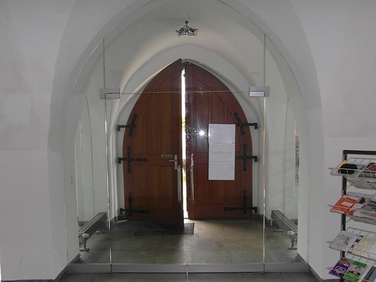 Trennwand aus Glas in der Kirche